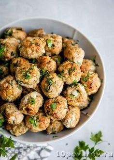 Leaner than beef, these Turkey Meatballs are healthy, packed with flavor, and incredibly moist on the inside with a combination of fresh and dried herbs. Italian Turkey Meatballs, Ground Turkey Meatballs, Healthy Turkey Meatballs, Clean Eating, Healthy Eating, Dinner Healthy, Cooking Recipes, Healthy Recipes, Healthy Herbs