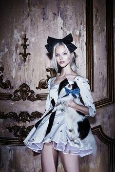 Como estrela da campanha a grife trouxe a estrela russa Sasha Luss. A coleção tem como destaque o chic sensual, que é apresentado de uma forma moderna através de tecidos finos e detalhes feitos com laços relembrando a delicadeza feminina.