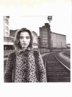 Julie Delpy avec une cigarette. Paris, Novembre 1989