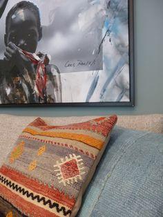 Kelim kussens op bank van Montis. Kunst van Cees Roelofs. Ethnic Style, Ethnic Fashion, Home Deco, Cushions, Plaid, Kunst, Throw Pillows, Gingham, Toss Pillows