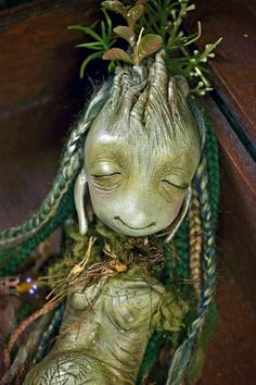 Vinpervinca is sculpted with polymer clay and painted with acrylic painting.  Size of Lilamlimbln : 13.4 in  She has a long mane braided of mohair in green tones and your body is adorned with beads and sea flowers.    I love making dolls, so every one of them are made with large pieces of my heart.  Each one of my sculptures is created with no use of any molds, therefore is absolutely unique and cannot be duplicated.    Packed with a great deal of care.  Please feel free to contact me with…
