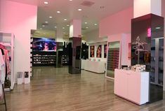 Kylie Pop Up Shop, Pop Up Shops, Store Interiors, Office Interiors, Kylie Cosmetica, Kylie Jenner Room, Shoe Room, Business Baby, Beauty Salon Decor