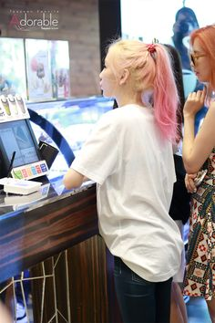 I really love Taeyeon's hair like this. It's so pretty!
