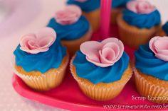 Festa azul Tiffany e rosa   Macetes de Mãe Festa Party, Mini Cupcakes, Vintage, Desserts, Food, Fitness, Tiffany Blue Party, Blue Roses, Kids Part