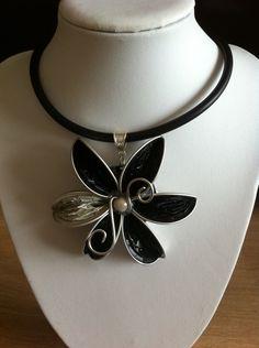 Collier ras de cou fleur noire et blanc en capsules Nespresso recyclées. : Collier par recyclart