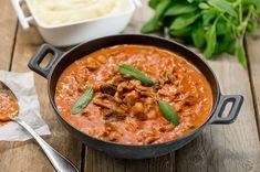 Pekoninen possu-suppilovahverokastike Thai Red Curry, Food And Drink, Cooking, Ethnic Recipes, Koti, Drinks, Cucina, Beverages, Kochen