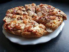 Makkelijk en goedkoop recept voor snelle pizza van Turks brood. Zelfgemaakte pizza en pizzasaus. Tomatensaus voor pizza. Recept pizza