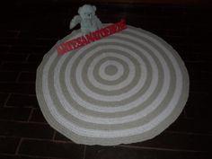 tapete confeccionado em crochê <br>material utilizado barbante de algodão, que possibilita lavagem à mão e à máquina <br> cores: branco e cáqui
