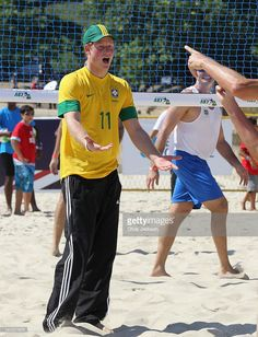prince-harry-plays-volleyball-on-flamengo-beach-on-march-10-2012-in-picture-id141071675 (784×1024)
