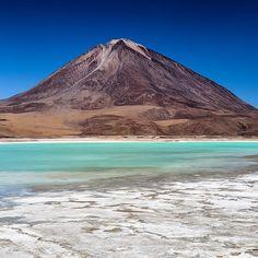 Um dos primeiros lugares que visitamos na Bolívia foi a Laguna Verde. A cor da água fica mais intensa quando tem mais vento.  Tivemos a sorte de ver com muito vento. Maravilhosa né? #NerdsNoSalarDeUyuni #NerdsNaBolívia