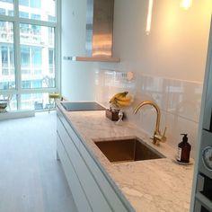Mässing och marmor är en perfekt kombination! Se bara här på den ljusa Carraran tillsammans med blandare och diskho i mässing http://ift.tt/1NuLE1P #bianco #carrara #biancocarrara #mässing #brass #countertop #bänkskiva #sten #natursten #facebook #pinterest #kitchen #kök #marmor #marble #naturalstone #interiör #interior #inredning #inspo #inspiration by svenskastengruppen