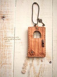 *【sold out】革で作った木のドアチャーム