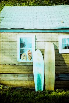 - Turquoise and green is an interesting color scheme for the outside of a house. Surf Shack, Beach Cottage Style, Surf City, Beach Cottages, Beach Huts, Surf Style, Surfs Up, White Sand Beach, House Painting