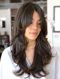 50 Cute and Effortless Long Layered Haircuts with Bangs - Cortes de pelo largo Layered Haircuts With Bangs, Curly Hair With Bangs, Long Bangs, Long Hair Cuts, Hairstyles With Bangs, Straight Bangs, Straight Cut, Long Layered Hair Wavy, Haircut In Layers