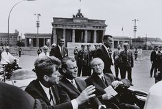 Will McBride, John F. Kennedy, Willy Brandt, Konrad Adenauer vor dem Brandenburger Tor, Berlin, 1963