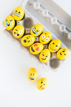 DIY Emoji Easter Eggs via Studio DIY Emoji Easter Eggs, Funny Easter Eggs, Funny Eggs, Easter Egg Designs, Easter Holidays, Spring Decorations, Centerpiece Decorations, Alternative Christmas Tree, Egg Decorating