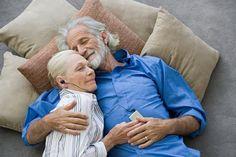 Senioren Frau Mann kuscheln Impotenz gesund fit Senior alter ipot Walkman musik geniesen Couch Boden Kissen Grau haare wärme glück schlafen