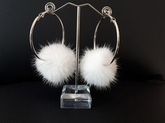 Fur accessories : Ατσάλινοι κρίκοι με άσπρο πομπομ