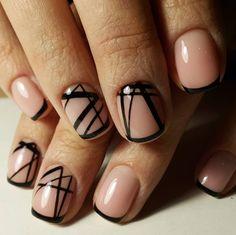 Un diseño perfecto para las artísticas. | 16 Ideas de uñas con esmalte negro que amarás si tienes alma gótica