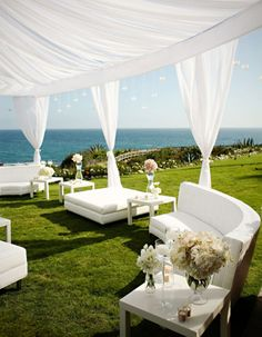 This tented lounge area is all you need to make your reception more relaxing!