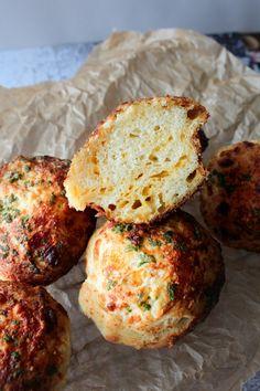 Skønne Hvidløgsbrøds Muffins Med Cheddar Og Parmesan – One Kitchen – A Thousand Ideas