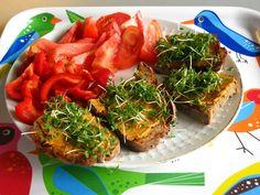 Gourmandes Mittagessen auf dem mittlerweile schon obligatorischen Tablett :) http://gourmandisesvegetariennes.blogspot.de/2012/09/vegan-wednesday-12september-2012.html#