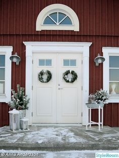 // 955 pictures of how the Swedes decorating their homes for Advent, four weeks before Christmas. Cabana, Sweden House, Stockholm, Double Front Doors, Baseboards, Villa, Country Style, Interior And Exterior, Facade