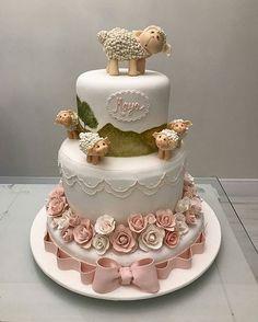 Belíssima inspiração de bolo para você que vai fazer uma festa com tema Ovelhinha. Produção @ivanacalumby  #festejarcomamor #festasinfantis #festa #ovelhinha #festaovelhinha #festacarneirinho #sheepparty #sheeppartyideas #decorovelhinha #decorcarneirinho #carneirinho #cake #bolodecorado #bolopersonalizado #bolodefesta #boloovelhinha #batizado #batizadodemenina