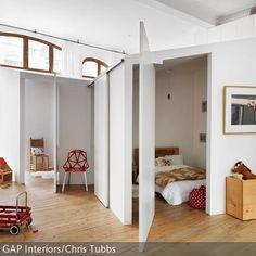 """Das offene Appartment besitzt eine originelle Innenarchitektur. Mit einem weiteren """"Raum im Raum"""" bekommt der Wohnraum eine ausgefallene Struktur. …"""