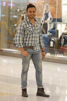 Chega de apenas camiseta e calça jeans, agora os homens são criativos, originais, cada um com seu estilo e a sua maneira para montar o look.  Uma das tendências que caiu no gosto deles foi a calça jeans dobrada e usada com bota, que fica um charme!