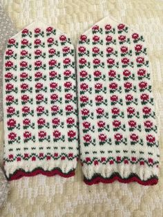 Knitted Mittens Pattern, Fair Isle Knitting Patterns, Knit Mittens, Weaving Patterns, Mitten Gloves, Knitting Socks, Wrist Warmers, Hand Warmers, Knitting Projects