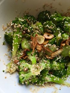 """Höyrytetty parsakaali soija-inkiväärikastikkeessa paahdettujen valkosipulien ja seesaminsiementen kera.  Tämä Jamie Oliverin  oli hyvä, nopea ja helppo. Jopa parsakaalia vieroksuva yllättyi ka luonnehti: """"Oli maukasta!"""". Tein nopeaksi arkiruoaksi, mut toimisi loistavasti lisukkeena vaikkapa lohen tai muun kalan kanssa. Jamie Oliver, Sprouts, Broccoli, Side Dishes, Vegetables, Food, Vegetable Recipes, Eten, Veggie Food"""