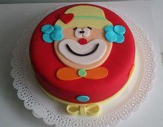 A Doceria da Lu (www.doceriadalu.com.br) é a responsável por esse bolo supercolorido, o Palhacinho, feito para uma menina comemorar seu aniversário com os colegas da escola. Uma fita amarela feita de pasta americana deixa o doce com cara de presente.