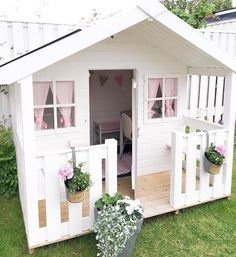 Building your little one a playhouse in the backyard will surely make them happy. There are a few things you should know before you build a playhouse for kids. Playhouse Decor, Playhouse Interior, Girls Playhouse, Backyard Playhouse, Build A Playhouse, Backyard Playground, Kids Cubby Houses, Play Houses, Kids House Garden