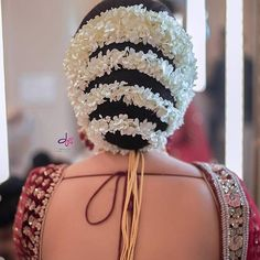 wedding hairstyles indian A picturesque tight and bold bun wrapped around with mini white flowers makes it look like a perfect bridal hairstyle. Bridal Hairstyle Indian Wedding, Bridal Hair Buns, Bridal Braids, Bridal Hairdo, Indian Wedding Hairstyles, Elegant Hairstyles, Bride Hairstyles, Saree Hairstyles, Hair Videos
