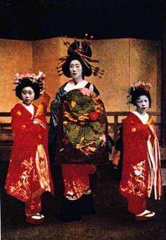 大正3年(1914)4月、吉原遊郭角海老楼の白縫花魁の花魁道中姿
