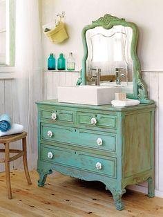 Transforma una cómoda en un original mueble para lavabo de estilo clásico.