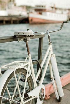 En bici junto al río.