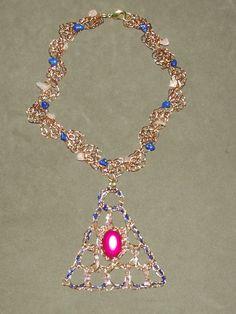 Maxi colar em crochê de fio de metal, cobre esmaltado em dourado,bordado com pedras naturais (quartzo rosa e azurita).