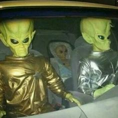 Aliens live among us. These are my neighbors heading to Starbucks. Reaction Pictures, Funny Pictures, Funny Pics, Paranormal, Mundo Hippie, Detective, Alien Aesthetic, Space Grunge, Fighting Robots