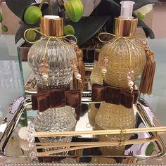 Kit lavabo com laços de veludo! Sua Casa linda e perfumada! 11 99683 3665.  Faça seu orçamento conosco! Você pede agente faz! Amu muito tudo isso!  #ateliemeninacharmosa #saboneteliquido #difusor #aromatizador #kitlavabo #lavabo #presentear #homespray #home #decor #decorando #decoração