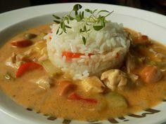 Cibuli nakrájíme na drobno, maso na kostky.  Rozehřejeme olej, zpěníme cibuli a přidáme maso. Necháme zatáhnout a přidáme protlak, hořčici, sůl a... Goulash, Thai Red Curry, Stew, Food And Drink, Ethnic Recipes, Diet, One Pot
