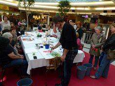 Aquarellworkshops von Frank Koebsch im KTC   Frank Koebsch zaubert mit Aquarellfarben Mohnblüten auf ein großes Blatt (2)