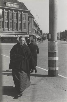 Vissersvrouw in Scheveningse dracht, 1942 #ZuidHolland #Scheveningen