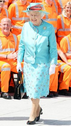 SKY BLUE - JULY 2014 The Queen rivaled the sunny skies with her colorful outfit to open the Reading Railway Station in Reading, U. Queen Kate, Queen Elizabeth Ii, Celebrity Babies, Celebrity Photos, Celebrity Style, Princess Diana Photos, Royal Uk, Elisabeth Ii, Queen Mother