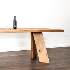 Der Massivholztisch ist nach Kundenwunsch in rustikalem Eichenholz aus der Schweiz hergestellt. Table, Design, Furniture, Home Decor, Types Of Wood, Switzerland, Rustic, Decoration Home, Room Decor