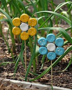 How to Make Bottle Cap Flowers for Frugal DIY Garden Art Easy Earth Day Crafts Bouchon de bouteille Jardin Art Kids Crafts, Recycled Crafts Kids, Decor Crafts, Recycled Yard Art, Yard Art Crafts, Recycle Crafts, Easy Crafts, Reuse Recycle, Diy Recycling