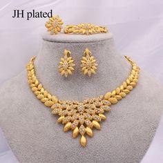 Pearl Necklace Designs, Jewelry Design Earrings, Gold Earrings Designs, Jewelry Sets, Gold Necklace, Gold Ring Designs, Gold Bangles Design, Gold Jewellery Design, Dubai Gold Jewelry