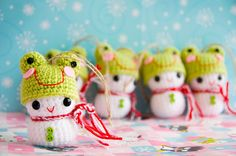 Crocheted snowman ornaments. Wearing frog hats. Seriously? So friggin CUTE! She also made them with reindeer hats!
