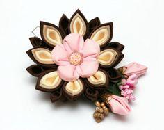 Rosa blanco y borgoña Kanzashi flor pinza de pelo. por FlosMollis